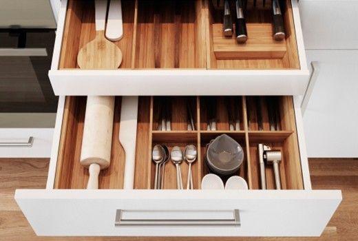 Pour bien réorganiser sa cuisine, on pense aux 3 points essentiels : un plan de travail libre, des placards pas trop remplis et des tiroirs bien rangés.
