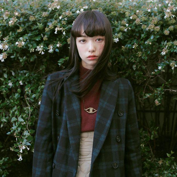 Name: Shiori Takesue | たけすえしおり Coat: Paratiisi | パラティッシ Knit: Grimoire | グリモワール Skirt: THEATRE PRODUCTS | シアター プロダクツ Shoes: BEAUTY & YOUTH | ビューティ アンド ユース Accessories: 4uatre | カトル Hair Salon: BLUE TOMATO | ブルー トマト
