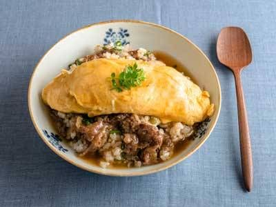 枝元 なほみさんの「和風オムライスのだしあんかけ」のレシピページです。オムライスご飯は、牛肉の甘辛煮を混ぜるだけ!かつおと昆布のあわせだしのきいたあんは、まろやかなおいしさです。  材料: ご飯、青ねぎ、いりごま、A、B、C、うす口しょうゆ、しょうが、木の芽、サラダ油
