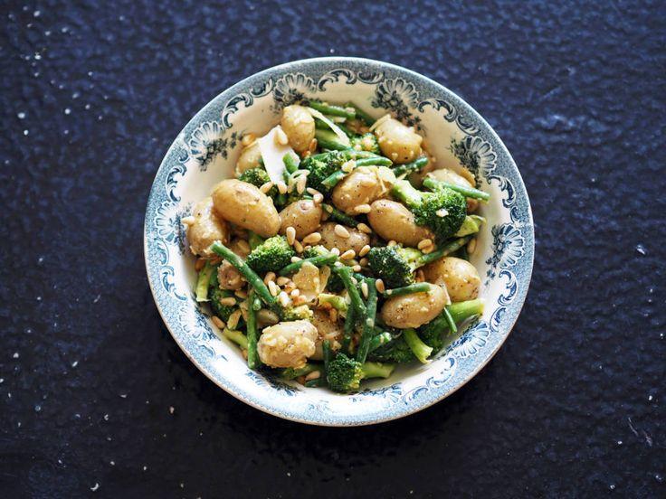 Del brokkolien i buketter og aspargesbønnene i to og legg dem sammen med potetene de siste to minuttene, til de blir grønne og fine. De skal fremdeles ha litt knekk.  Bland sammen en enkel sennepsdressing ved å vispe sammen sennep, honning, sitronsaft og olivenolje til det tykner. Smak til med litt salt og pepper til slutt.  Vend sennepsdressingen og grønnsakene sammen.