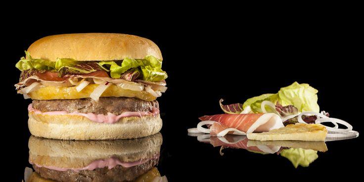 VERY FURLAN - hamburger gourmet 200 grammi di hamburger di scottona cotto alla griglia, prosciutto di San Daniele, radicchietto di campo, frico di patate, cipolla alla plancia, mayonese alle barbabietole rosse