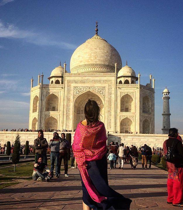 """#mytajmemory Sentada às margens do Ganges eis que surge uma linda garota tipicamente indiana pedindo uma foto. Tinha 17 anos e estava triste pois com 18 teria que se casar. """"Terei que largar os estudos"""" lamentou. O noivo seria alguém da mesma casta escolhido por sua família. Questionei se acreditava que poderia haver amor entre ela e o futuro marido: """"eu seria então uma mulher de muita sorte! Mas é pouco provável..."""" falou perdendo o brilho no olhar. Nos convidou para um piquenique com sua…"""