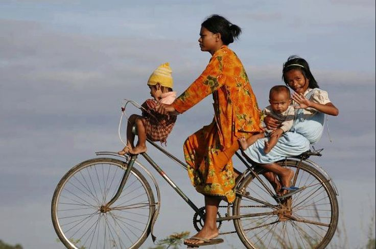 http://asia-myway.com/french-market/cambodge/sample-trips5/08j-07n-bienvenue-au-royaume-khmer.html Filles locales un vélo au Cambodge.