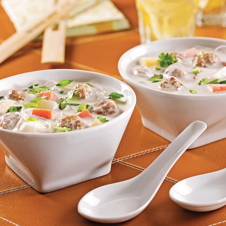 Mijotée en mode express, cette soupe-repas comblera les appétits d'exotisme. Les boulettes de bœuf font trempette dans un délicieux bain de lait de coco embaumant l'anis étoilé. Légumes et vermicelles de riz apportent ce qu'il faut de consistance.