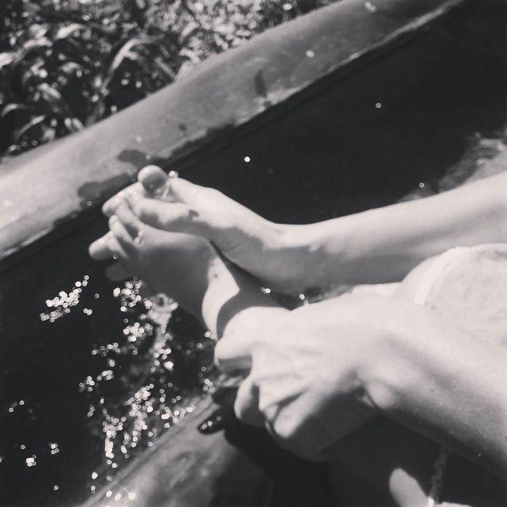 A piedi vai veramente in campagna prendi sentieri costeggi le vigne vedi tutto. Cè la stessa differenza che guardare un acqua o saltarci dentro. (Cesare Pavese) #piedinudi #quoteoftheday #igersvalledaosta #invda #chezhcdc #natura #valledaosta