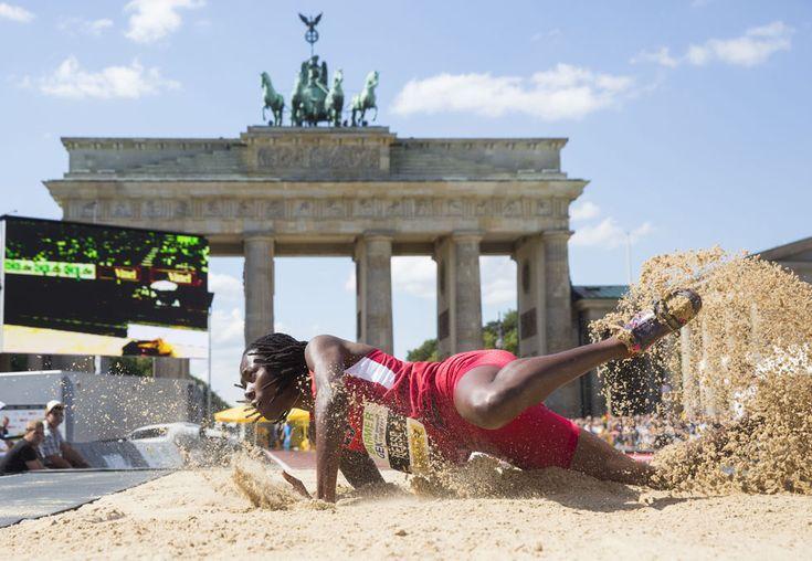 IlPost - La campionessa mondiale di salto in lungo Brittney Reese, Stati Uniti, durante una gara davanti alla Porta di Brandeburgo a Berlino, Germania. Sabato 24 agosto 2013. (AP Photo/Gero Breloer) - La campionessa mondiale di salto in lungo Brittney Reese, Stati Uniti, durante una gara davanti alla Porta di Brandeburgo a Berlino, Germania. Sabato 24 agosto 2013. (AP Photo/Gero Breloer)