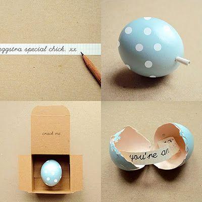 Surprising gift wrap - egg wrap - (tutorial in French)  Réparons & Re-Parons Noël: Emballage récup étonnant
