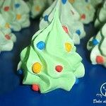 Vi occorre un'idea carina da utilizzare come segnaposto? Preparate questi alberi di Natale di meringa con le luci colorate! Conservateli in scatole di latta Se volete utilizzare i vostri alberelli di meringa come segnaposti per il vostro pranzo di Natale, potrete imbustarli singolarmente