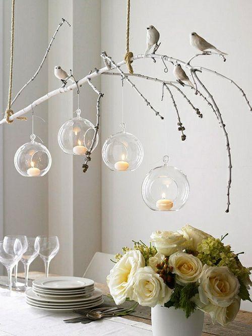 künstlerisch vogel zweige kugel kerzen deko weiße rosen esstisch