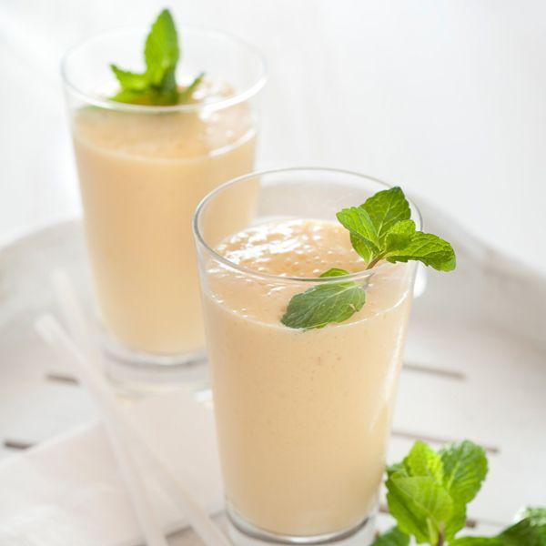 Necesitamos    1 mango maduro muy frío  2 cucharadas de chia (opcional)  100 ml de leche de coco  2 yogures naturales  200 gramos que...