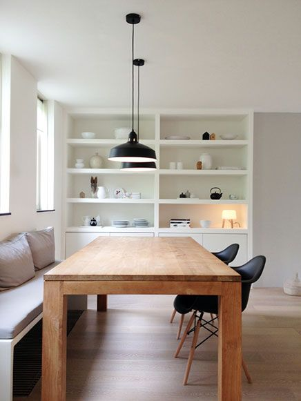 Coin repas simple mais design : une table en bois brut, un banc et 2 chaises Eames | si p le design Dining room