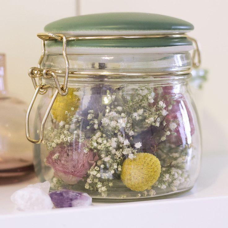 So wird Dein Küchenregal zum Blickfang: Denn statt Reis oder Zucker, ist das Aufbewahrungsglas mit lauter guter Laune gefüllt. Bunte und voluminöse Blumen eignen sich für diesen Look am besten.  Hier eine Auswahl an Blumen, die auch nach dem Trocknen ihre Farbenpracht nicht verlieren: Craspedia, Schleierkraut, Distel, Ranunkel.   Hier findest Du geeignete Gläser und Glasboxen für getrocknete Blumen; Blätter und Gräser •Glasboxen mit Aufklappbarem Deckel in verschiedenen Größen aus Silber…