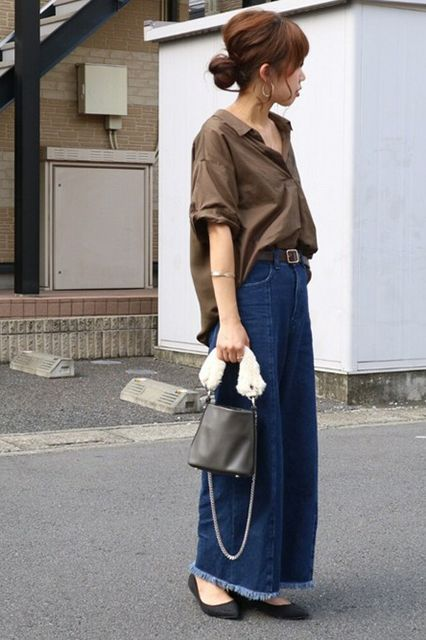 The Oversized BlouseStep 1: Tuck the front loosely into your belt. Step 2: Go. #refinery29 http://www.refinery29.com/oversized-clothing-japan-street-style-trend#slide-6