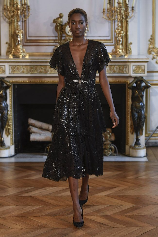 #IngieParis, l'opulenza fra ampi volumi e fughe romantiche 🌷 #PFW17 #Collections #ParisFashionWeek see more on http://www.fashionpress.it/ingie-paris-lopulenza-oscura-12349.html …