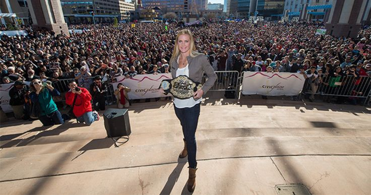 Thousands of people showed up to greet newly crowned women's bantamweight champion Holly Holm on Sunday in her hometown of Albuquerque, New Mexico as a part of her victory parade.