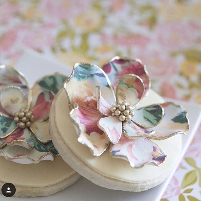 Each flower petal on these sugar cookies are hand crafted with a beautiful and bold edible image pattern. These cookies are the perfect enhancement to any sweet table. #bobbetteandbelle #bakery #toronto #sugarcookies #sugarart