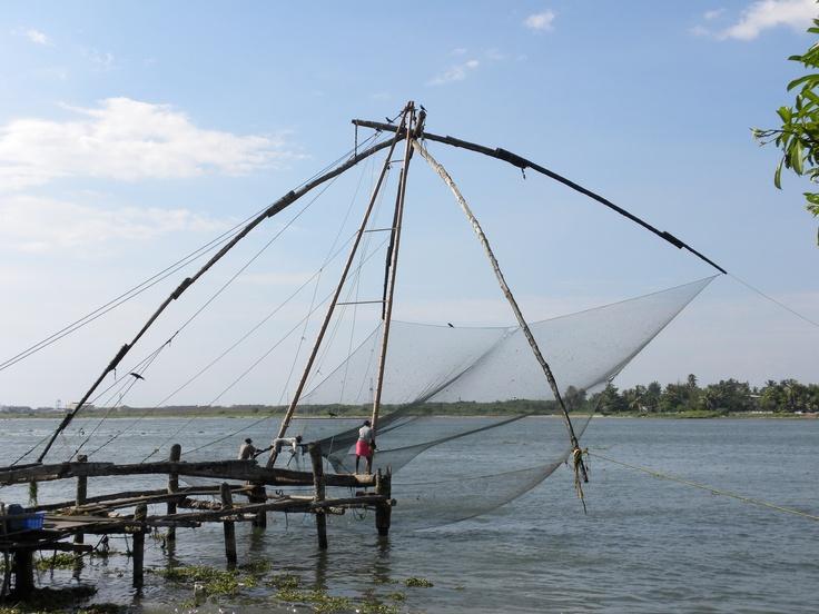 Pescatori al lavoro a @Cochin, città nata su verdi isole circondate dalla laguna
