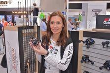 Abu-Produktmanagerin Solveig Rask-Nielsen mit neuer Ambassadeur-Multirolle. Den Efttex-Award gab es aber für die Revo Beast rechts im Bild.