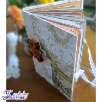 Un jurnal de nunta (sau caiet de impresii de nunta), cu accente vintage, din hartie invechita manual, cu colturile decupate artistic si decorata foarte simplu cu dantela si motive romantice. Jurnalul mai contine buzunarase pentru cartonasele ce urmeaza a fi completate de invitati cu impresii si urari.