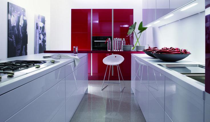 Oranjeburg Schiedam - Keuken inspiratie   Design keuken   Hoogglans kastjes met een gewaagde rode kleur