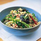 Jamie Oliver: couscous met gegrilde zomergroenten ingrediënten 250 g couscous 3 rode paprika's 1 handvol asperges, geschild indien nodig 2 of 3 kleine, stevige courgettes of pattisons, in plakjes 1 klein bosje lente-uitjes, klein gesneden 2-4 verse rode pepers, dungesneden 3 flinke handen vol gemengde verse kruiden (basilicum, koriander, munt, bladpeterselie) 4 eetlepels citroensap 10 eetlepels olijfolie rodewijnazijn
