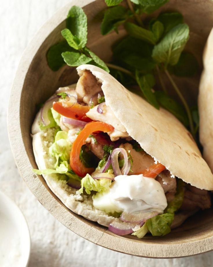 Kip souvlaki zijn heerlijke kipkebabs uit Griekenland. Daar laten ze de kip soms uren marineren. Dit is een snelle en toch overheerlijke versie.