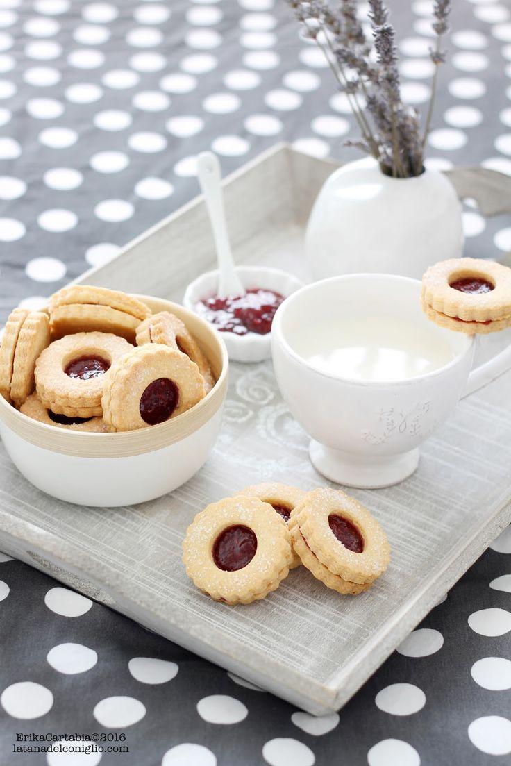 E' un periodo che mi sbizzarrisco con i dolci da colazione e, in modo particolare, i biscotti. Mi piace sempre gustarne uno o due pr...