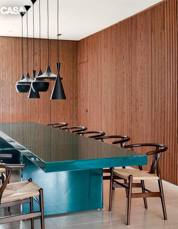 Casa em Curitiba é cheia de madeira e é decorada em tons de azul - Casa