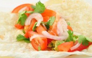 Salsa wrap tortillas  Ingrediënten      1 stuk avocado     1 teentje knoflook     7,5 gram koriander     1 stuk limoen     1 beetje peper     1 stuk rode peper     1 stuk rode ui     3 stuks tomaten     2 stuks volkoren wrap tortillas     1 beetje zout
