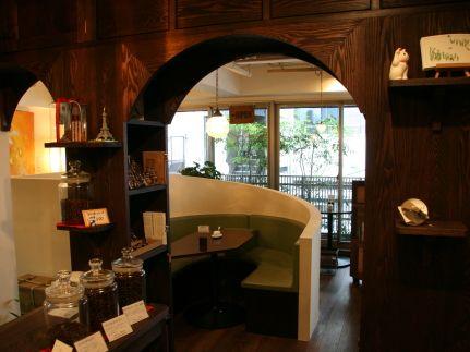 路地裏のビルの3階にある隠れ家のようなカフェ『CAFE FACON(カフェ・ファソン)』