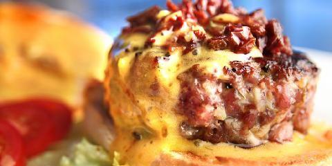 Fransk burger - I denne hamburgeren er det kyllingkjøtt og bearnaise.