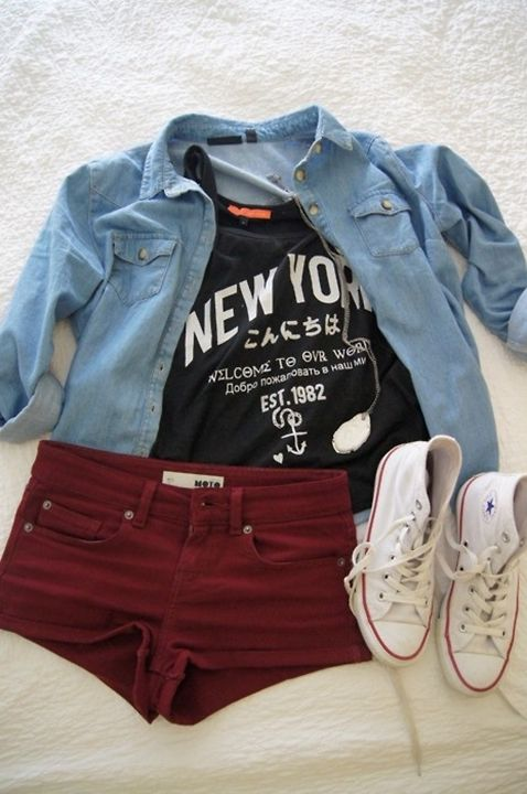 Look do Dia = Camisa Jeans + Shorts Bordô + Camiseta com Estampa de Texto + All Star