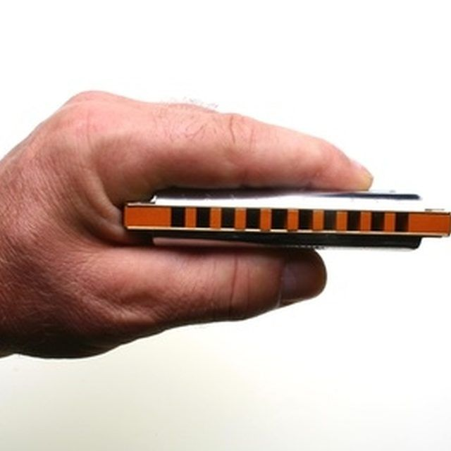 Learn to play the harmonica online.