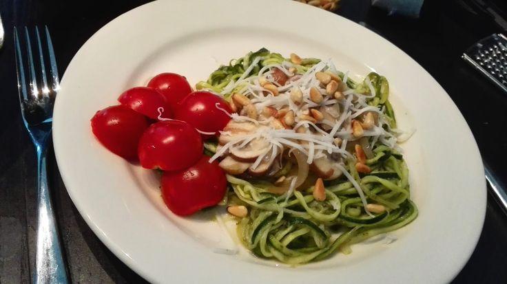 Recept voor courghetti (pasta van courgette ipv. tarwe en ei) met champignons, pesto en geitenkaas. Vegetarisch en tarwevrij maar vooral erg lekker!