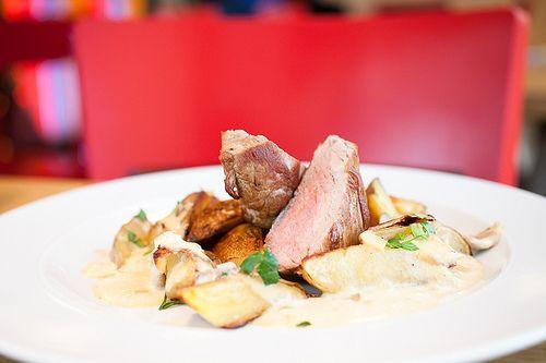 Steak z vepřové panenky, pečené brambory na rozmarýnu / Pork tenderloin, roasted potatoes with rosemary ||| www.bistrofranz.cz