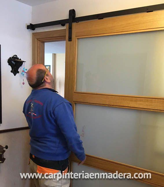 Fabricación y montaje puerta corredera estilo granero por ALPIS, carpinteria en madera.