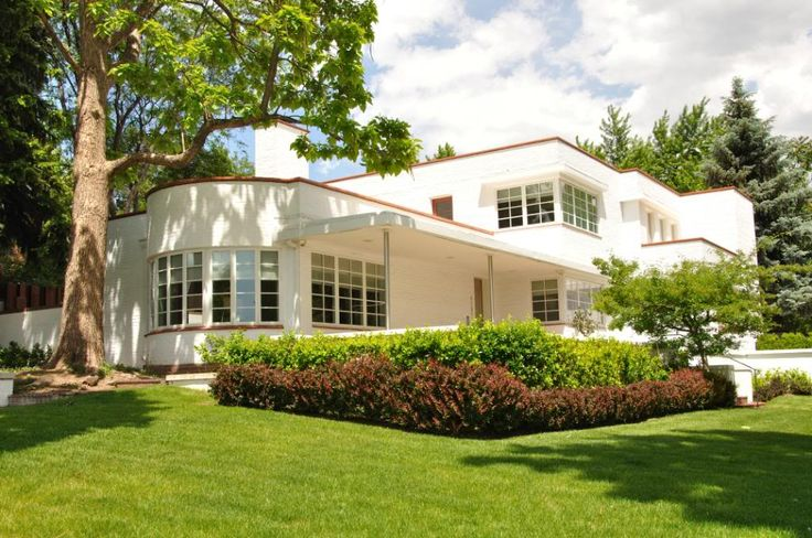I'm a big fan of Art Deco design, I love the sleek, geometric, lines and curved wall of this house. All of which are emphasized by the crisp, white exterior paint.