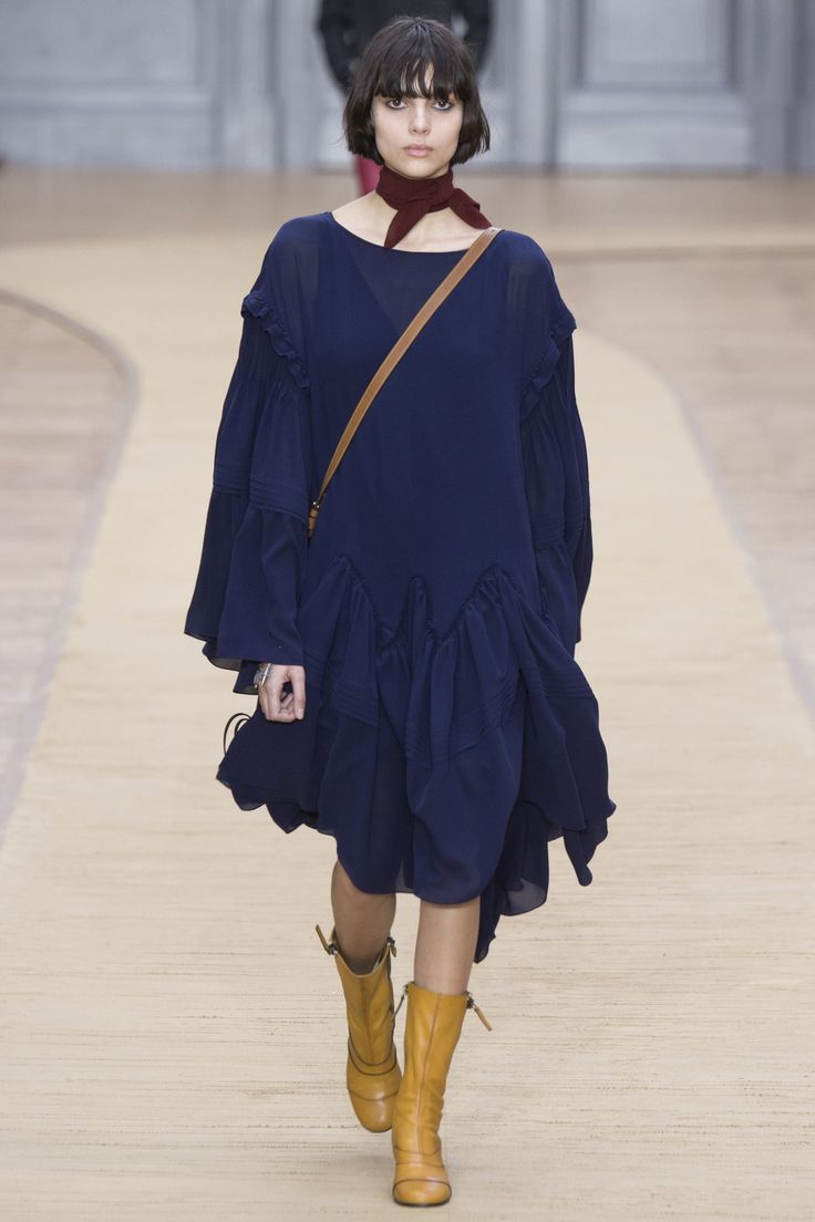 Chloé Fall 2016 Ready-to-Wear Collection Photos - Vogue...romantic boho meets minimalism, love it...