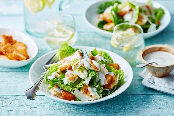 Heerlijk Caesar salade gegrilde kip, een echt klassieker. Maak eenvoudig dit geweldige gerecht met Calvé Caesar dressing. Heerlijk voor bij de barbecue of met gebakken aardappelen.