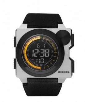 Diesel DZ7222 Herren-Digitaluhr    Die Diesel DZ7222 verfügt über ein präzises Quarzwerk mit Digital-Anzeige von Uhrzeit, Datum und Wochentag, eine Stoppfunktion, ein mattes Edelstahlgehäuse und ein schwarzes Textilarmband.        Gehäuse: Edelstahl, 55 x 50,5 mm      Armband: Textil, schwarz      Präzises Quarz-Uhrwerk      Digitalanzeige      Uhrzeit, Datum und Wochentag      Stoppfunktion      Alarmfunktion      Wasserdicht: 5 bar (spritzwassergeschützt)