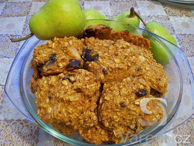 Recept na ovesné sušenky s kousky hrušek nebo jablek, případně s kousky čokolády.