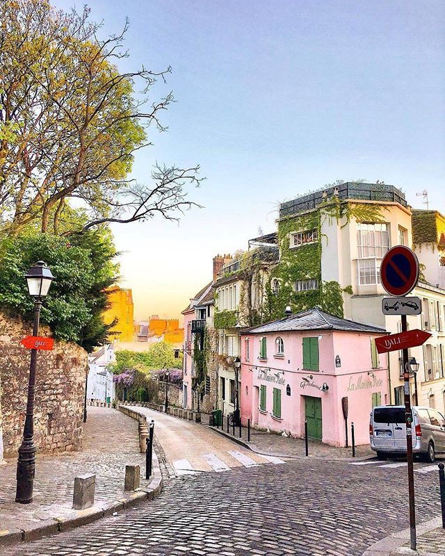 💖 Montmartre in love 💖 ~ Paris, France  Photo: @julieythe1st Awesome 😍 TAG someone you love 💖  #living_europe #living_destinations #paris #europe #topparisphoto #visitparis #parismaville #igersparis #loves_paris #toureiffel #france #ig_france #ig_paris #europe #cityview #loves_landscape #ig_europe #europa #super_europe #travel #travelphotography #traveladdict #loves_europe #postcardsfromtheworld #europe_gallery #europe_vacations #europe_tourist #places_wow #cityscape