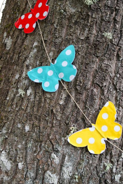 DIY oilcloth butterfly garland from Rebeccas DIY - Fjärilsgirlang. Great for outdoor decor. Tutorial in English and Swedish.