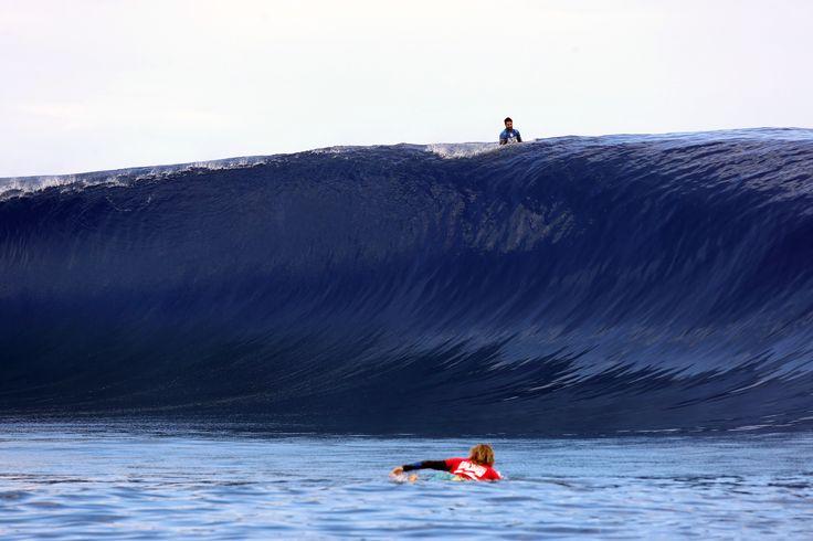 Kai Otton dari Australia (di atas atas gelombang) beraksi dalam lomba selancar Billabong Pro Tahiti di Teahupoo, Tahiti.
