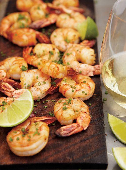 Crevettes cajuns cuites sur une planche d'érable Recettes   Ricardo
