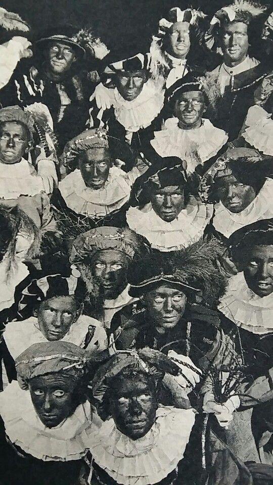 Zwarte Pieten, Sint-Ignatiuscollege te Amsterdam. De Pieten dragen geen zwarte pruiken... maar hebben hun eigen haar die ze zwart hebben gemaakt. Ook de lippen zijn zwart gemaakt. Een onderdeel van het zwarte maskerade! Foto uit de Katholieke Illustratie 1952.