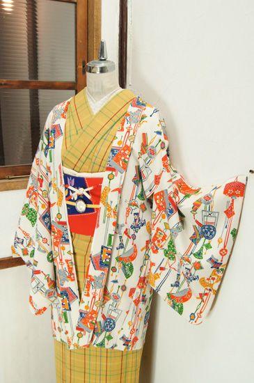 櫛やかんざし、結び文、和綴じ本に糸巻き、折り鶴や巾着などが色とりどりに染め出されたレトロ羽織です。 #kimono