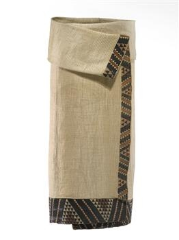 Kaitaka paepaeroa (fine flax cloak with vertical weft rows and taniko borders) 1800-1840; Te Ati Awa iwi (tribe); muka (flax fibre), natural dye; On loan from David Pitt (DE000107/1)