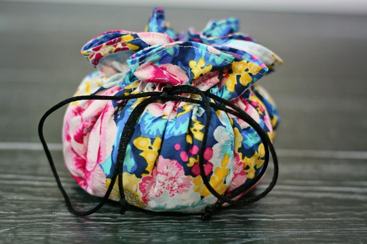 GREAT to make to give your jewelry in!~!!  DIY: jewelry pouch. Super easy to make and absolutely love mine already!!!