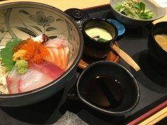 福岡市薬院の和食店なるみ乃で海鮮丼ランチしてきました なるみ乃は福岡では薬院と春日 そして東京の銀座にもお店を構える活魚卸直営店の和食屋さんです 高級感のあるたたずまいでなかなか気軽には入りにくいのですが ランチメニューは800円からと こだわりのお魚料理がリーズナブルに頂けますv 写真は海鮮丼定食 茶碗蒸しとサラダお味噌汁がついて900円です お魚以外にも大分発祥のお店らしく とり天や唐揚げ定食などのメニューもありますよ 落ち着いた雰囲気でゆったり食べれていいですね tags[福岡県]